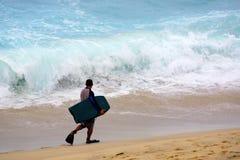 Surfer στη θυελλώδη παραλία της Bronte, Σίδνεϊ, Αυστραλία Στοκ εικόνα με δικαίωμα ελεύθερης χρήσης