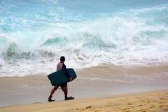 Surfer στη θυελλώδη παραλία της Bronte, Σίδνεϊ, Αυστραλία Στοκ Εικόνες