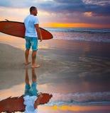 Surfer στον μπλε ωκεανό Στοκ Φωτογραφία