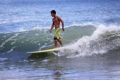 Surfer στον ωκεανό Στοκ εικόνες με δικαίωμα ελεύθερης χρήσης