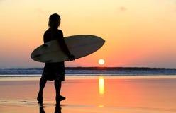 Surfer στο ηλιοβασίλεμα Στοκ εικόνες με δικαίωμα ελεύθερης χρήσης