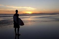 Surfer στο ηλιοβασίλεμα Στοκ Εικόνες