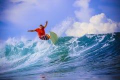 Surfer στο καταπληκτικό μπλε κύμα Στοκ εικόνα με δικαίωμα ελεύθερης χρήσης