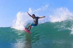 Surfer στο καταπληκτικό μπλε κύμα Στοκ εικόνες με δικαίωμα ελεύθερης χρήσης