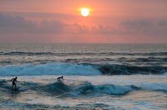 Surfer στο μπλε ωκεάνιο κύμα στο Μπαλί Στοκ Φωτογραφία