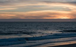 Surfer στο νερό Nazaré - Πορτογαλία Στοκ Φωτογραφίες