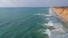 Surfer στο τοπ κύμα άποψης απόθεμα βίντεο