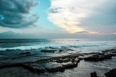SurferÂ的天堂在斯里兰卡,海浪的,蓝色海洋,在天空的日落完善的波浪 库存照片