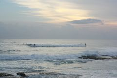 SurferÂ的天堂在斯里兰卡,海浪的,蓝色海洋,日落,桃红色天空完善的波浪 图库摄影