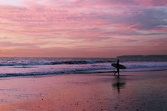 Surfer στην παραλία στοκ εικόνα με δικαίωμα ελεύθερης χρήσης