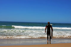 Surfer που εξετάζει τον ωκεανό Στοκ Εικόνες