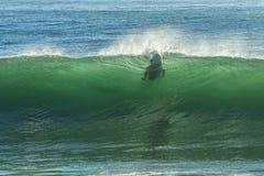 Surfer-Abbrüche, die Welle surfen Lizenzfreie Stockbilder