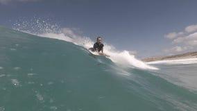 Surfer in actie betreffende de golf stock video