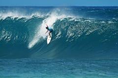 Surfer Adam se mélangeant surfer à la canalisation en Hawaï images stock
