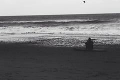 Surfer anonyme noir et blanc Photographie stock libre de droits
