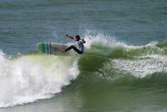 Surfer Antoine Delpero Surfing in Anglet, Frankrijk Royalty-vrije Stock Afbeelding