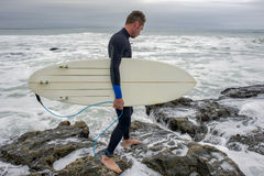 Surfer approchant l'eau photographie stock libre de droits