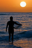 Surfer au coucher du soleil Photos stock