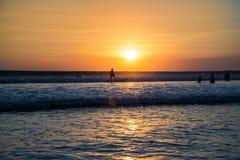 Surfer au coucher du soleil Image libre de droits