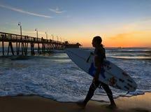 Surfer au pilier impérial de plage Photographie stock libre de droits