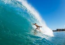 Surfer auf blauem Meereswogen lizenzfreie stockfotos
