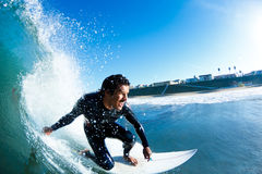 Surfer auf blauer Ozean-Welle Lizenzfreies Stockbild