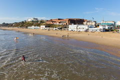 Surfer auf Bournemouth setzen Dorset England auf den Strand, das nahe zu Poole BRITISCH ist Lizenzfreies Stockbild