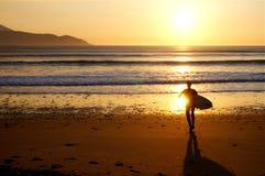 Surfer auf Brandon Bay bei Sonnenuntergang Lizenzfreies Stockfoto