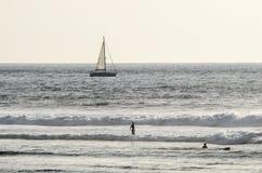 Surfer auf dem Playa De-las Amerika-Strand, Teneriffa, Kanarische Inseln, Spanien stockfotografie