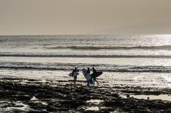 Surfer auf dem Playa De-las Amerika-Strand, Teneriffa, Kanarische Inseln, Spanien stockfoto