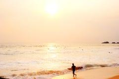 Surfer auf dem Strand Lizenzfreies Stockfoto