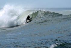 Surfer auf einer großen Welle Lizenzfreie Stockfotografie