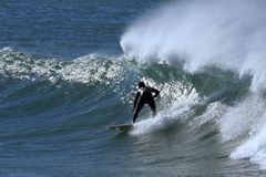 Surfer auf einer Welle Lizenzfreie Stockbilder
