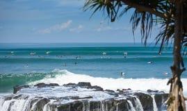Surfer auf einer Welle in Bali 2 Stockfoto