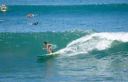 Surfer auf einer Welle in Bali 5 Lizenzfreies Stockfoto