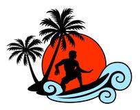 Surfer auf einer Welle mit Palmen und Sonnenuntergang Lizenzfreies Stockfoto