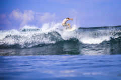 Surfer auf erstaunlicher blauer Welle Lizenzfreies Stockfoto