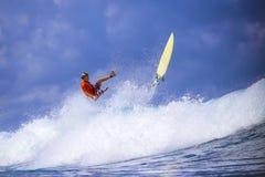 Surfer auf erstaunlicher blauer Welle Lizenzfreie Stockfotos