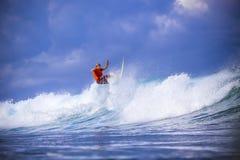 Surfer auf erstaunlicher blauer Welle Lizenzfreies Stockbild