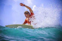 Surfer auf erstaunlicher blauer Welle Stockbilder