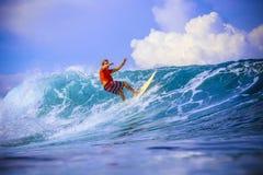 Surfer auf erstaunlicher blauer Welle Lizenzfreie Stockfotografie