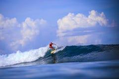 Surfer auf erstaunlicher blauer Welle Stockfoto