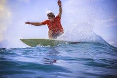 Surfer auf erstaunlicher blauer Welle Stockfotos