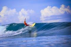 Surfer auf erstaunlicher blauer Welle Stockfotografie