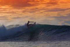 Surfer auf erstaunlicher Welle Stockbilder