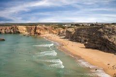 Surfer auf portugiesischem Strand nahe Sagres-Dorf Lizenzfreie Stockfotos