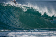 Surfer auf sehr großer Welle Lizenzfreie Stockfotografie