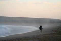Surfer auf Strand Lizenzfreie Stockfotos