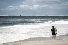 Surfer auf Strand mit Wellen stockfoto
