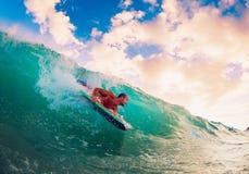 Surfer auf Welle Stockbild